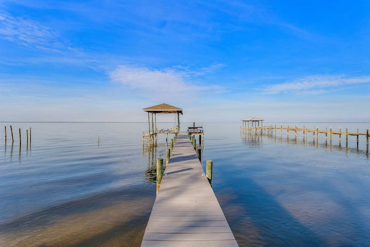 Bay Front Fully Updated Modern Gulf Breeze Getaway With Boat Lift-Bring Your Boat-Quiet Neighborhood