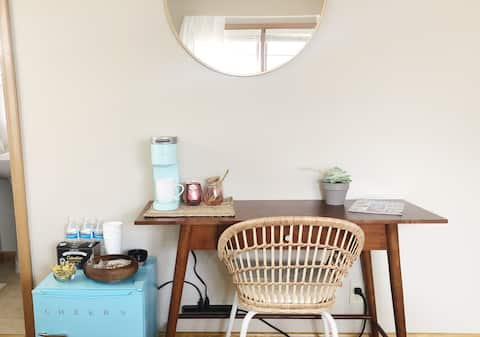 ✵Women's Only Midcentury Suite • Modern & Bright✵
