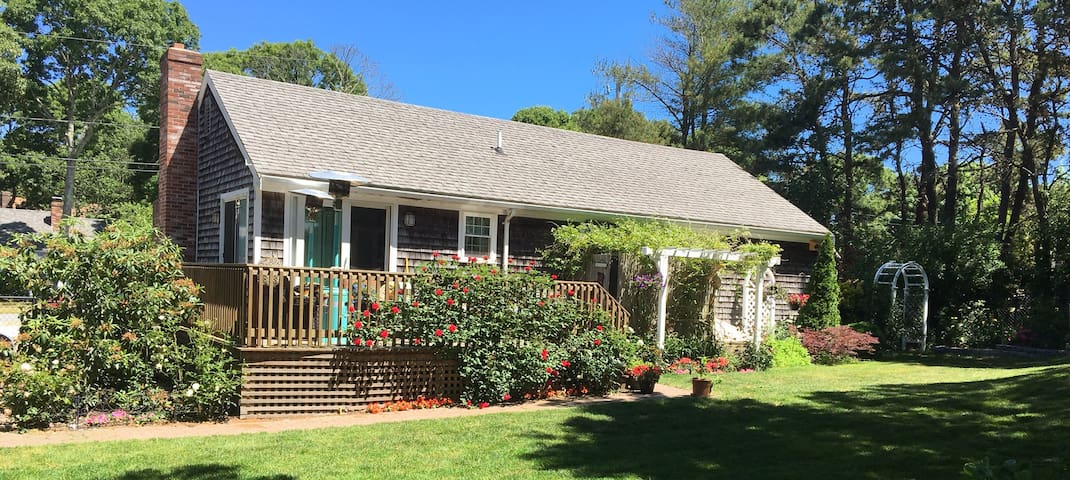 The Rose Garden: private room, excellent location+ - Barnstable - Ház
