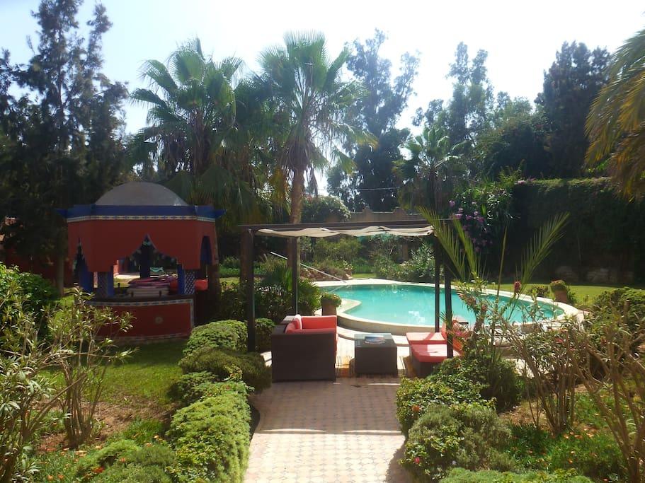 jardin arboré et piscine