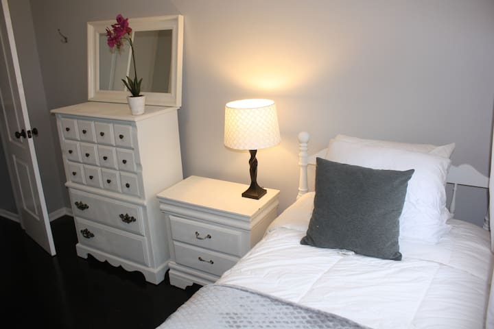 Smart Room! 10 min to Times Square/NYC - Union City - House