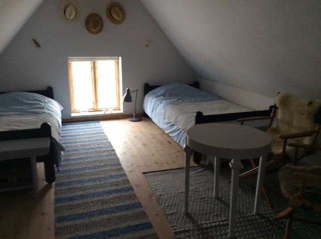 Dejligt værelse som ligger for sig selv over en butik