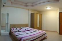 131 ห้องสแตนดาร์ด(Standard) ห้องนอน 1ห้องน้ำ พื้นที่ 22-26 ตรม. สิ่งอำนวยความสะดวกภายในห้อง : แอร์, เครื่องทำน้ำอุ่น, โต๊ะเครื่องแป้ง, ตู้เสื้อผ้า, เตียง+ฟูก(ไม่รวมเครื่องนอน), อินเตอร์เน็ต, เคเบิ้ล, ทีวี-ตู้เย็น(มีให้เช่า)