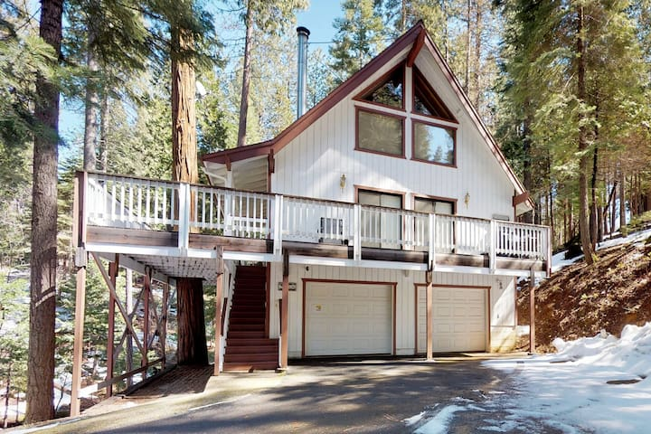 Family cabin w/ large deck, gas grill, fireplace & exercise area!