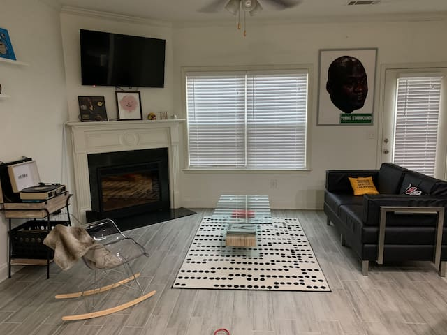 Chic Townhouse off 285 & 85; close to everything!