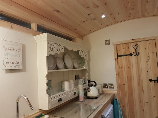 Waterside Shepherds Hut(Glamping Near York)