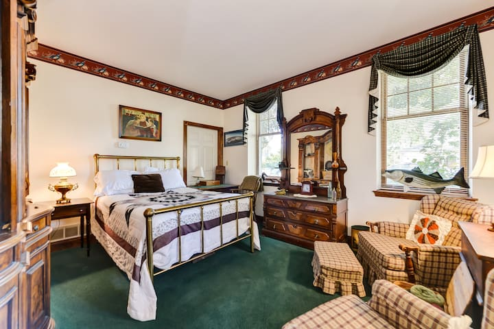 Ground level bedroom, turn right as you enter house.  Perfect for older guests or those with limited mobility.
