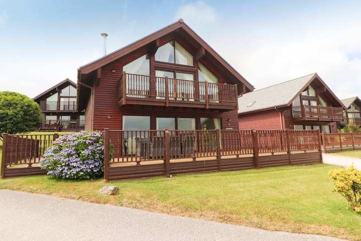 Pet friendly two bedroom lodge on stunning resort