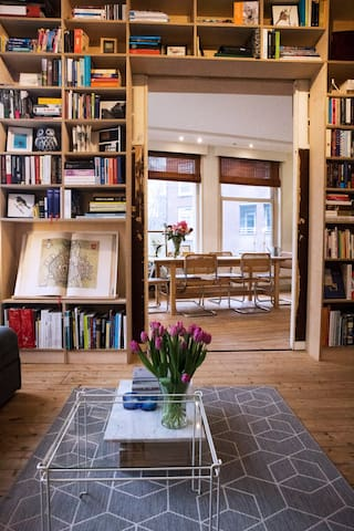 Stylish booklovers apartment full of light