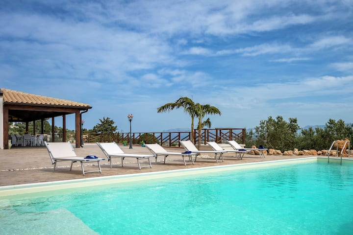 Fantastic unattached villa with private-swimmingpool in stunning part of Sicily.