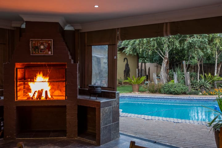 Turquoise Room - Near OR Tambo Airport & highway's