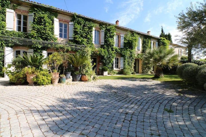 Grand mas de village au coeur de Saint-Didier avec jardin et piscine