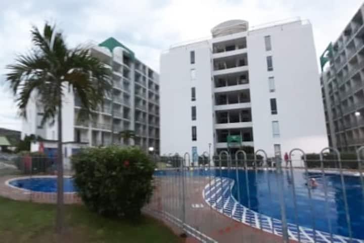 Cómodo y fresco apartamento con balcones y piscina