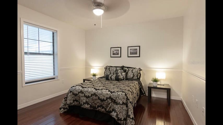 ★ Modern & Clean KING Bed close to Airport ★
