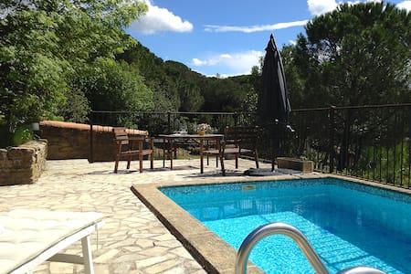 SOUS LES PINS. Au calme avec piscine chauffée.