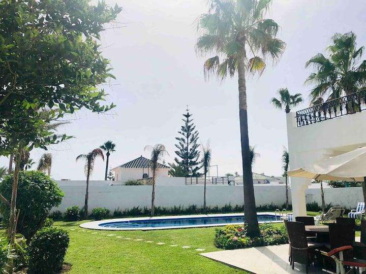 Villa luxueuse avec piscine privée et accès plage