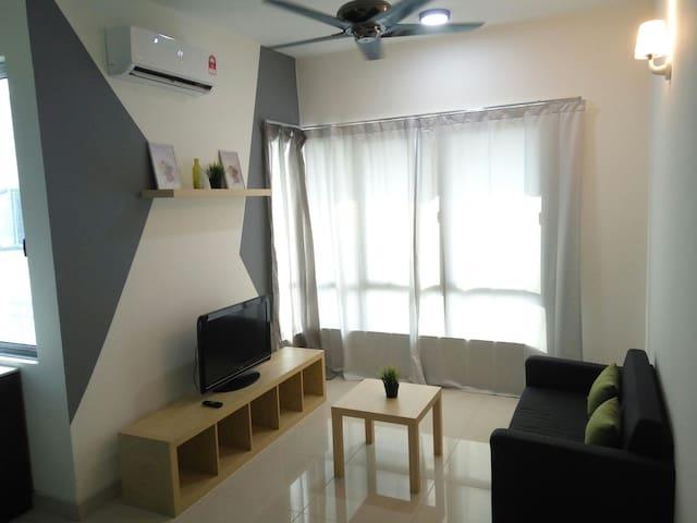 Lake & Pool View Comfy Home - Cyberjaya - Apartmen