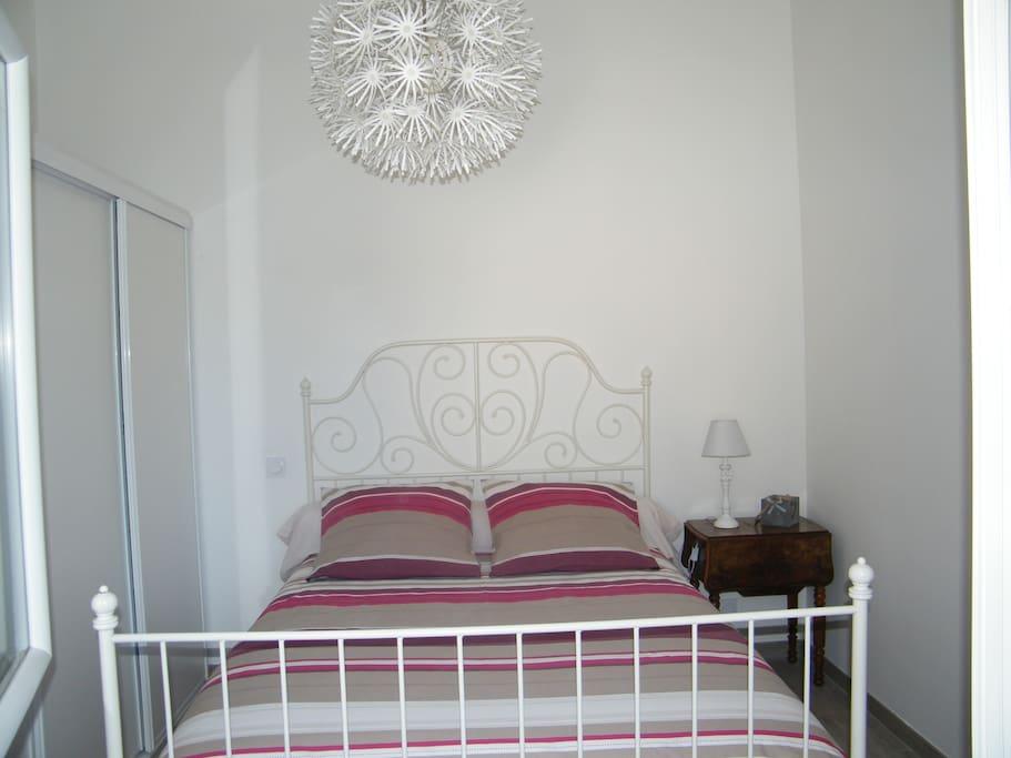 Chambre avec grand placard