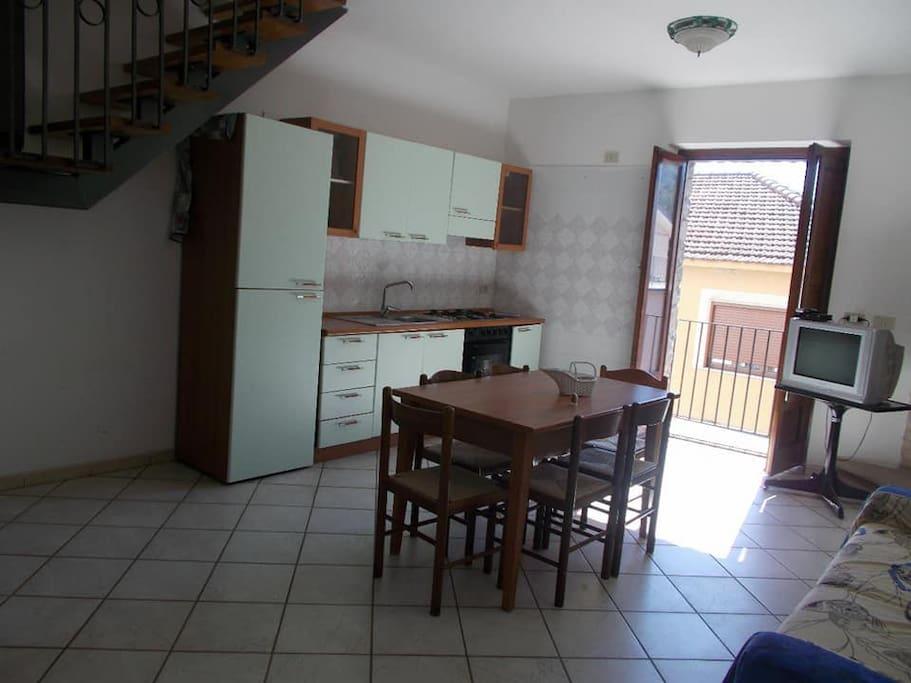 Salone cucina con balcone