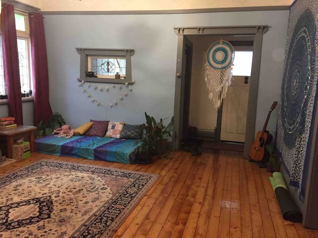 Cheap, clean private room (queen bed) in Waratah