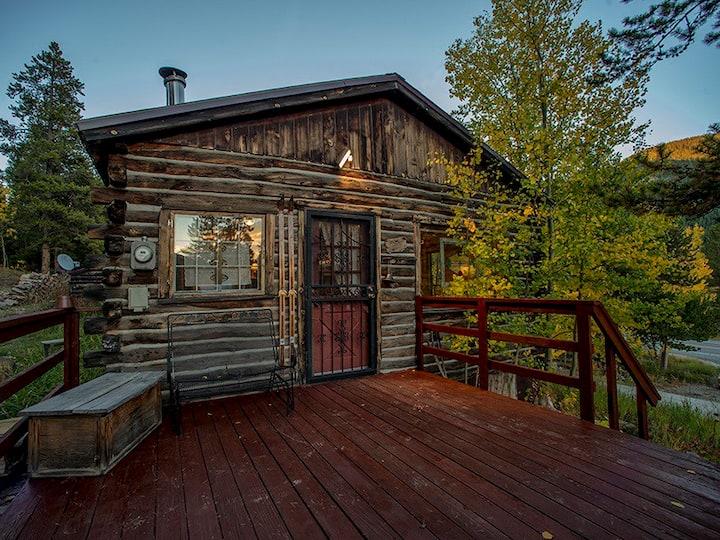 Luna's Cozy, Romantic Log Cabin