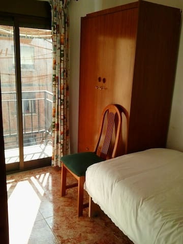 Single Room with balcony in Quaint Flat (Patraix) - València - Lägenhet