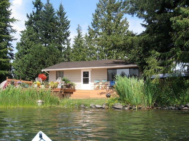 CHARMING LAKESIDE COTTAGE - Arlington - Casa de campo