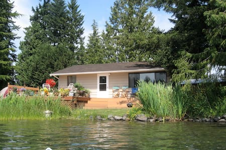 CHARMING LAKESIDE COTTAGE - Arlington - Kabin