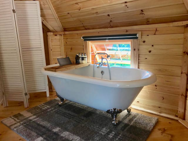 The Oak: a romantic lodge. Superking bed + bathtub