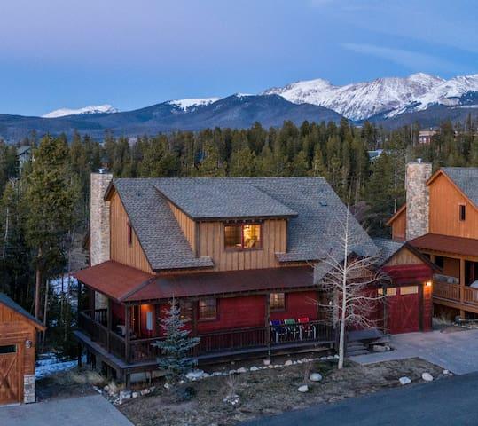 Big Beautiful home, Wooded, Close, sleeps 16-20!