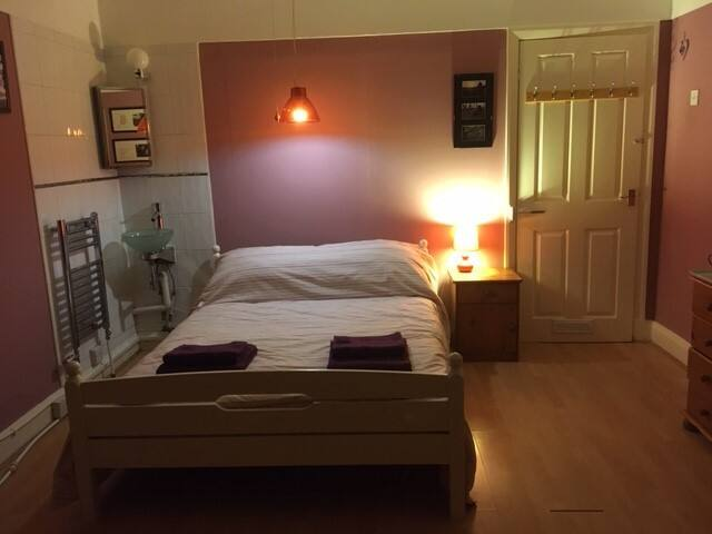 Friendly Wirral home nr Liverpool/Chester (Room 2)