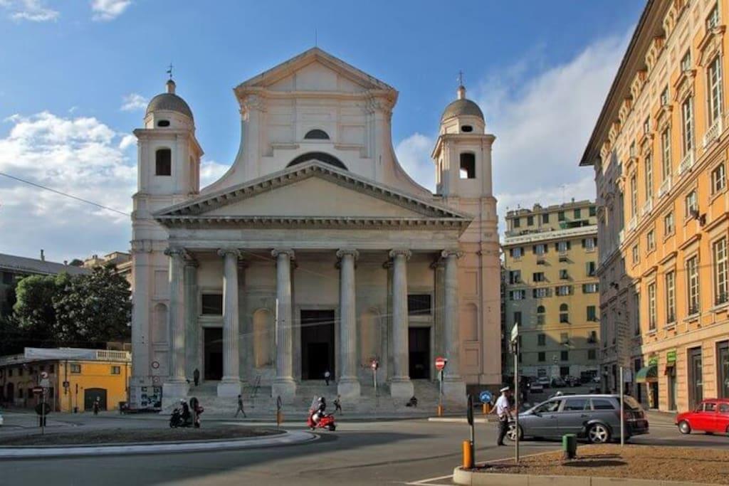 piazza Nunziata главный ориентир . С права от церкви piazza Bandiera