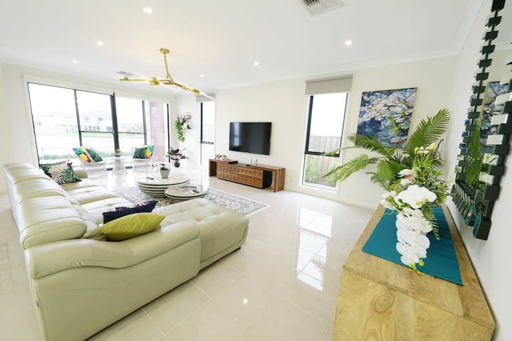 Luxury waterfront villa in Melbourne
