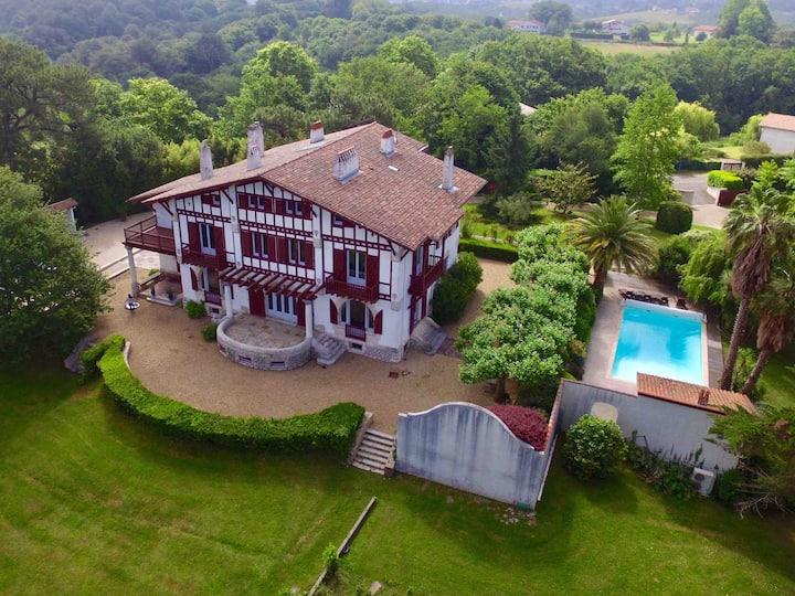 Villa néo basque avec piscine chauffée-17 pers.