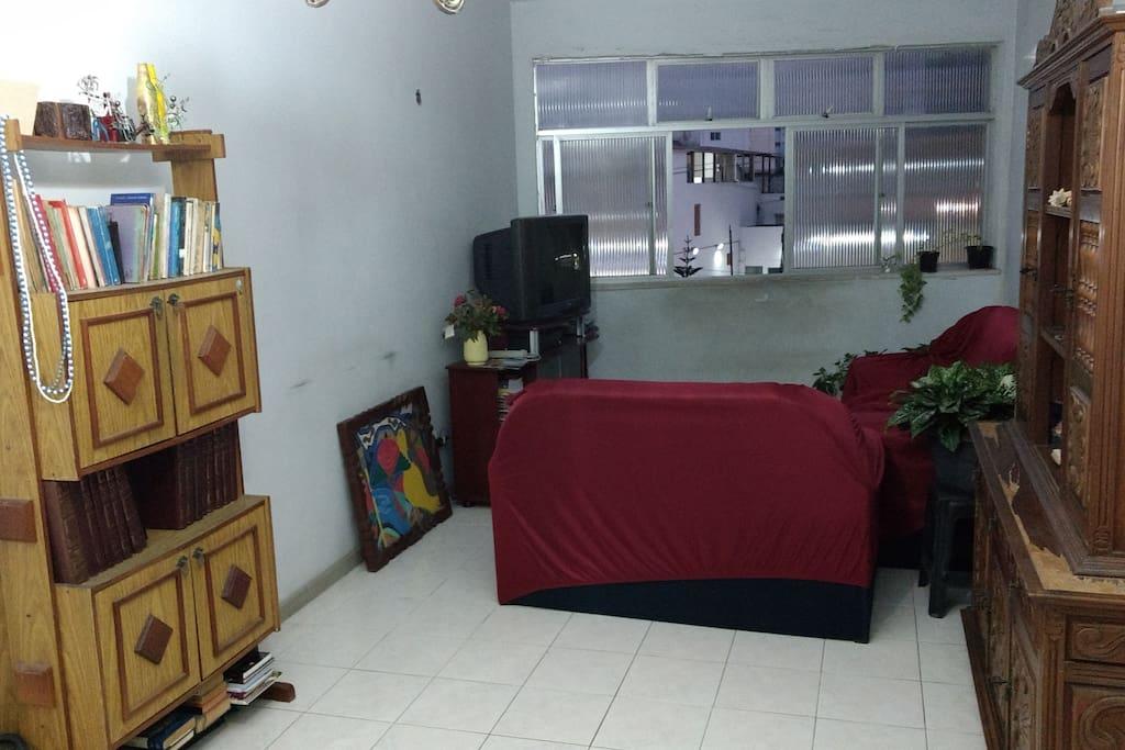 Sala de Estar (2 Sófas, Mesa de Jantar e TV)