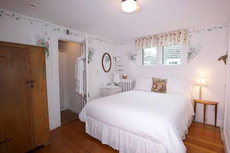 27 Fair Street Inn - Day Lily - Nantucket - Bed & Breakfast