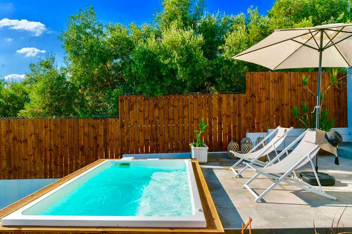 Izabela Apartment with Private Plunge Pool-Jacuzzi