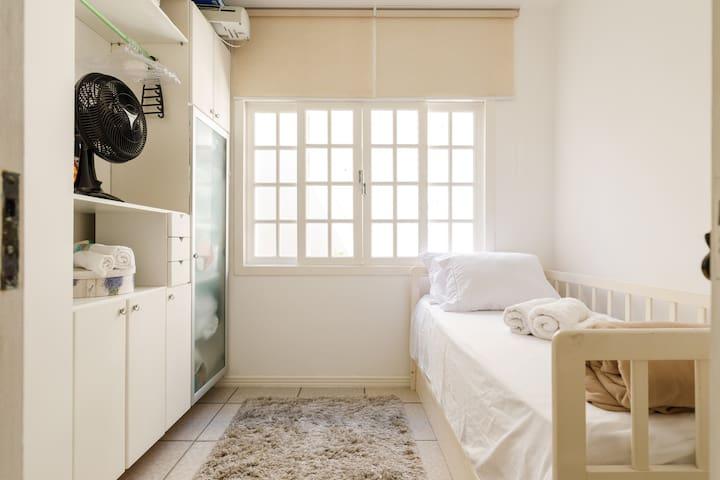 Quarto 5  com duas camas, piso inferior (cama superior, mais cama auxiliar tamanho padrão) ventilador