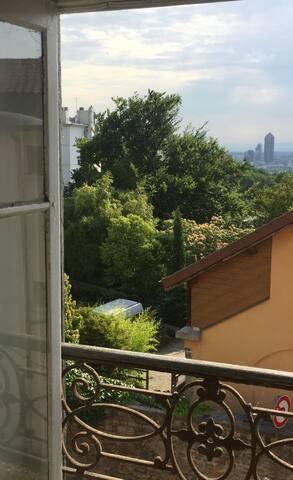 Joli studio avec terrasse perché sur la colline.