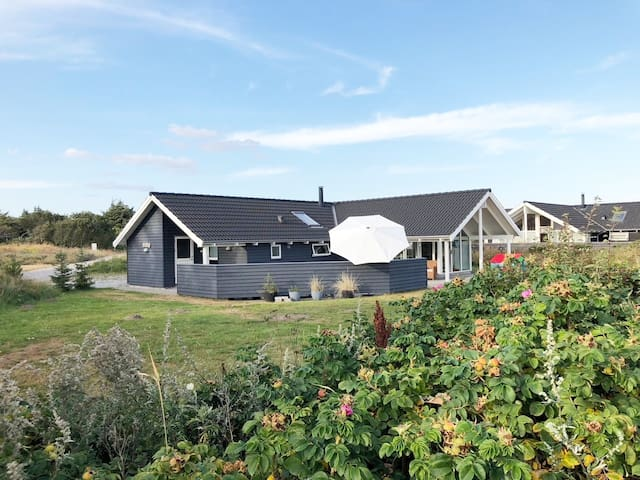 Modern holiday cottage, 7 min. walk to the beach
