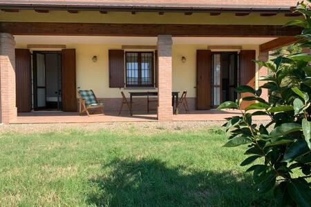 Haus inmitten von grünen Hügeln in Vignola