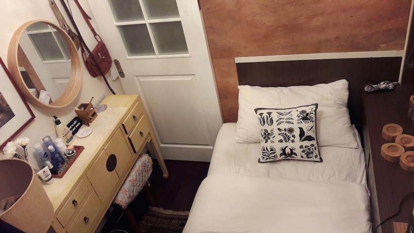 Single room in mid-levels near Soho