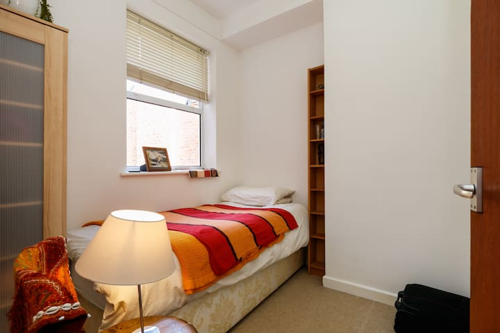 Cozy bedroom in leafy suburb - Manchester - Apartment