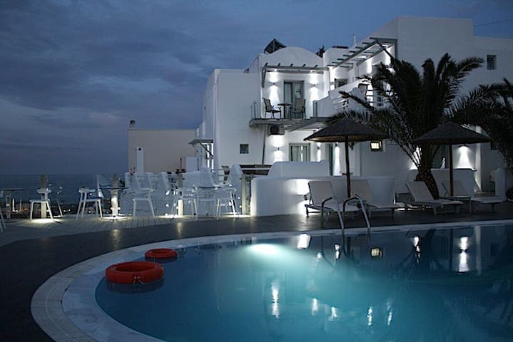 Rena's Suites simple elegant boutique hotel inFira - Fira - Villa