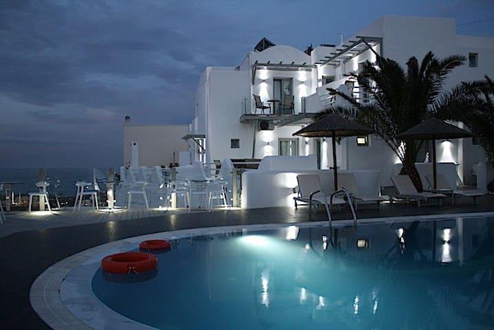 Rena's Suites simple elegant boutique hotel inFira - Fira - Vila