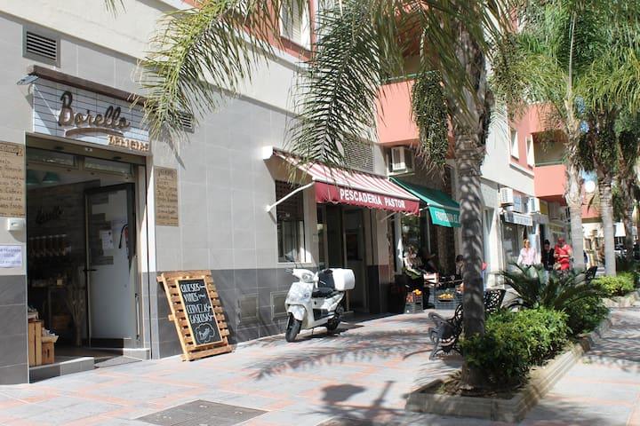 Calle Málaga, pescadería, frutería y negocios