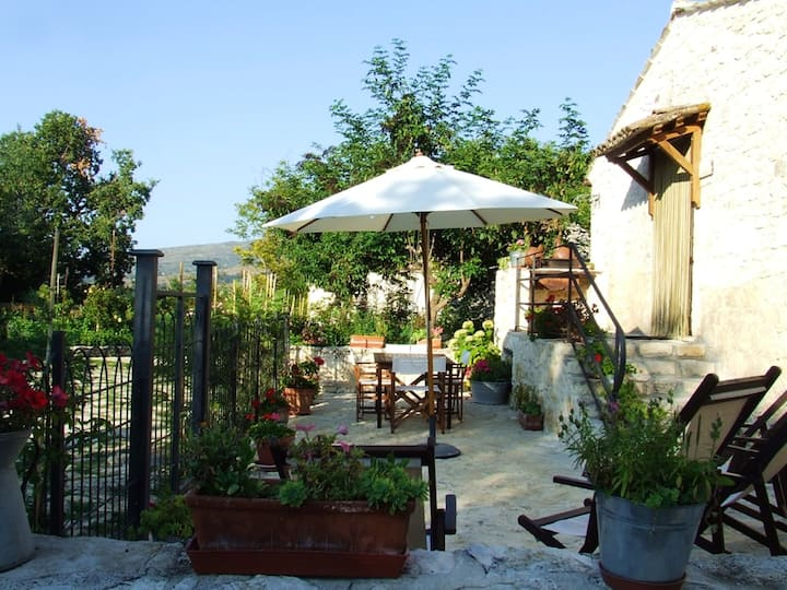 Apartment with one bedroom in Abbateggio, with wonderful mountain view, enclosed garden and WiFi - 20 km from the slopes