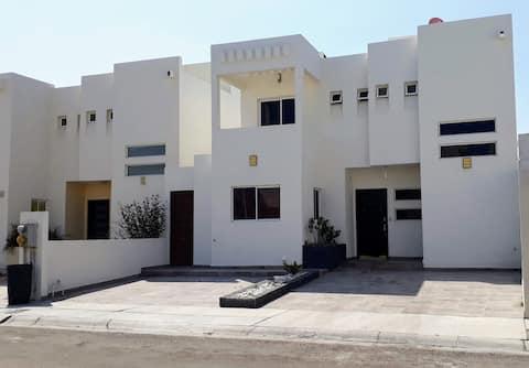 Casa completa zona residencial con acceso privado.