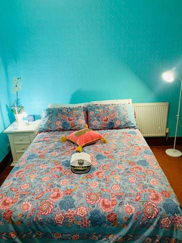 Bright double room with Wifi close to town centre.