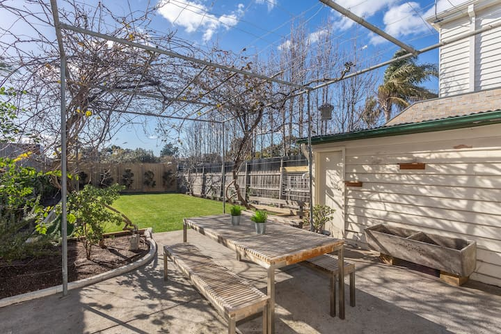 Toorak house. Garden, OS parking and pets